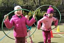 Děti na startu už frčí, pomáhají florbalisté i tenisté.