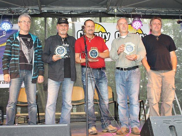 NEJÚSPĚŠNĚJŠÍ KAPELOU posledních dvou ročníků hudební ankety čtenářů Kladenského deníku Otík je country skupina Gladly S.W (na snímku).
