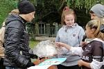 Děti z Korálku předávají dárek Jiřímu Ježkovi.