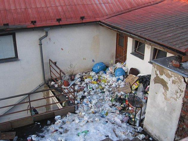 Na balkoně si udělali nájemníci skládku, kterou do druhého dne uklidili.