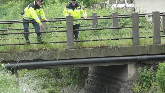 Strážníci kontrolují hladinu Dřetovického potoka i čtyřikrát denně.