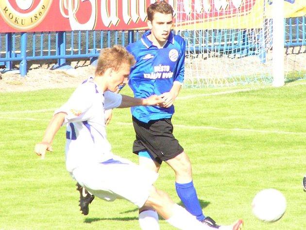 Bořek Dočkal (v bílém) je možná nejviditelnější posilou Kladna. I včera hrál výtečně, za jeden poločas stihl dva góly.