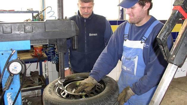 Většina pneuservisů začala s přezouváním vozidel na zimní gumy již před měsícem.
