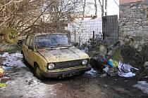 Dům manželů Sobczynských v Lisovicích. Psi v otřesných podmínkách. Stavení později pro neplacení pohledávek zabavil exekutor. Na pozemku se našla i řada psích koster.