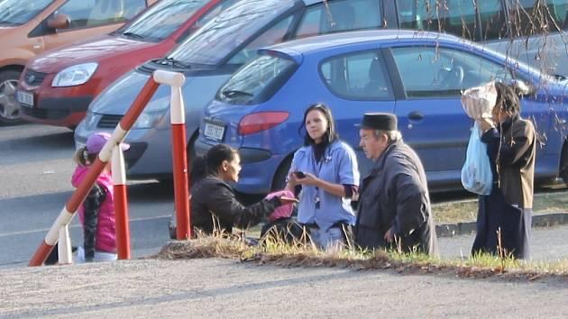 Okradeného seniora pana Eduarda ze Slaného se zastala prodavačka z obchodu, která vše natočila na video. Svědkem byl i Kladenský deník
