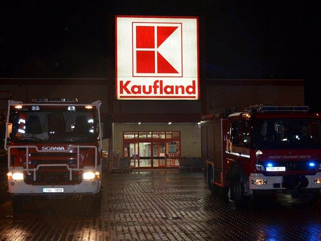 V Kauflandu ve Slaném nezbyla v neděli po 19. hodině ani noha