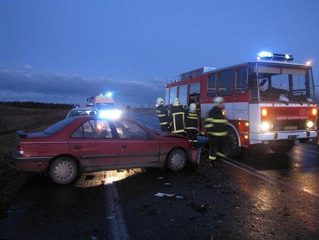 Nehoda zablokovala silnici 1/7 na rozhraní Ústeckého a Středočeského kraje. Komunikace byla uzavřena déle než čtyři hodiny.
