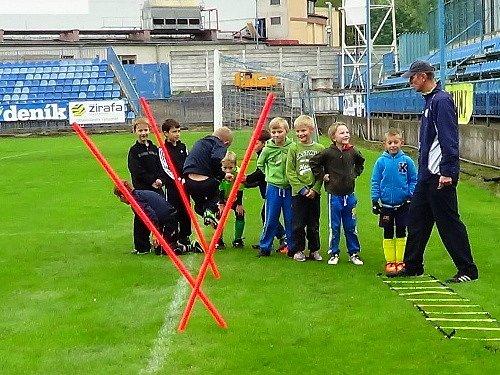 Měsíc náborů se jmenuje akce Středočeského fotbalového svazu, která se v úterý odehrála s velkým úspěchem také na hřišti SK Kladno. Šéftrenér mládeže SK Petr Brabec při práci s dětmi.