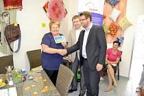 ŘEDITELKA  Centra služeb Slunce všem Blanka Dvořáková si přebírá  grant od generálního ředitele Středočeských vodáren, Anatola Pšeničky.