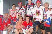 TOMÁŠ BENY KOSTEČKA (stojící uprostřed) dorazil s fanoušky na letošní hokejbalové mistrovství světa ve švýcarském Zugu.