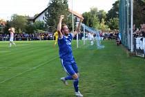 Radost velvarského Tomáše Tenkla poté, co z pokutového kopu zvýšil v pohárovém duelu proti Slavii Praha na 2:0.