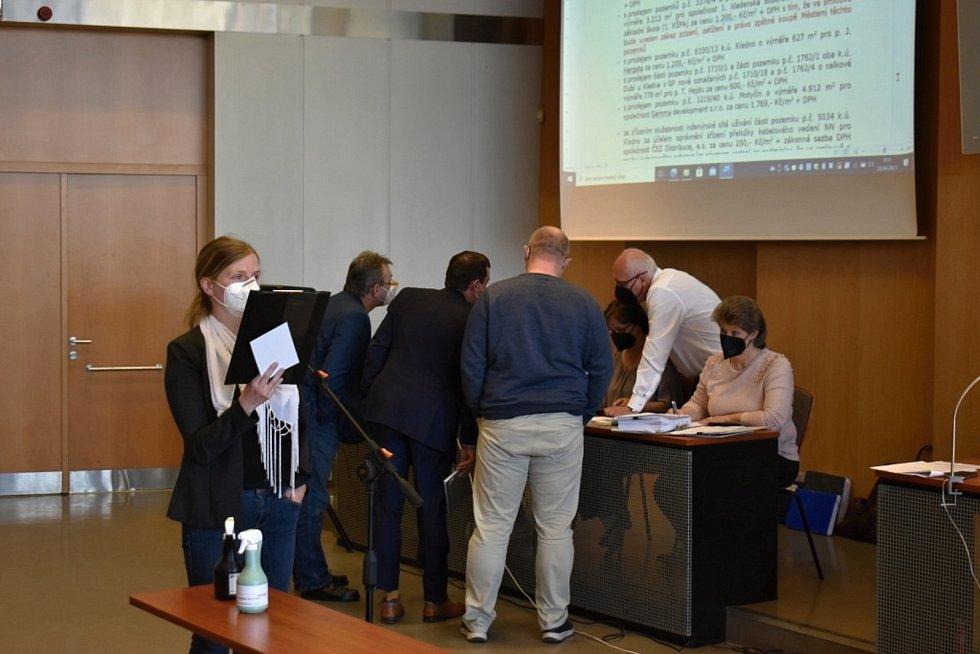 Jedním z bodů kladenského pondělního zastupitelstva byl i prodej pozemků ve Švermově. Opozice s tímto krokem nesouhlasí.