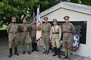 Členové ČsOL v historických uniformách ruských legionářů před mohylou.