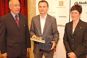 ROBERT Nedvěd (uprostřed) přebírá cenu Fair-play z rukou Milana Jiráska a Květy Jeriové-Peckové.