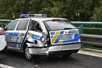 Páteční nehody na Kladensku. Nehoda tří aut, včetně policejního vozu na D7.