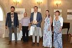 Slánský starosta převzal prestižní ocenění za péči o sochy v klášterní aleji.