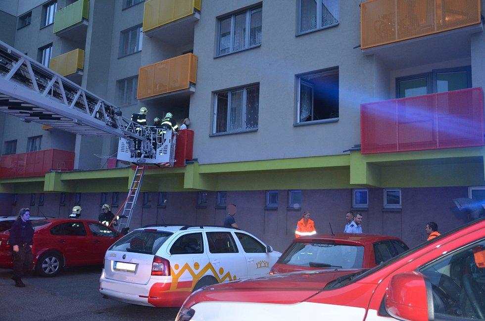 Požár vypukl v kuchyni v prvním patře panelového domu.