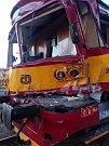 Zdemolovaný motorák skončil po nehodě ve Slaném na nádraží.