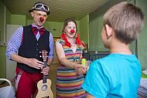Doktor Klaun uzdravuje nemocné děti také v Kladně.