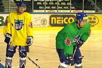 Petr Jaroš (v zeleném) při tréninku s Kladnem. Vlevo Matěj Kos