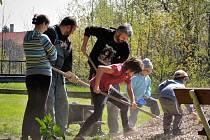 DOBROVOLNÍCI SPOLEČNĚ S OBČANSKÝM SDRUŽENÍM NATVRDLÍ v sobotu 30. dubna pracovali na vybudování hřiště na pétanque a hřiště na cvrnkání kuliček v parku u školky.