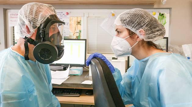 Covid jednotka v Nemocnici Slaný - vedoucí lékař Tomáš Drasnar s kolegyní lékařkou Danicou Weissovou.