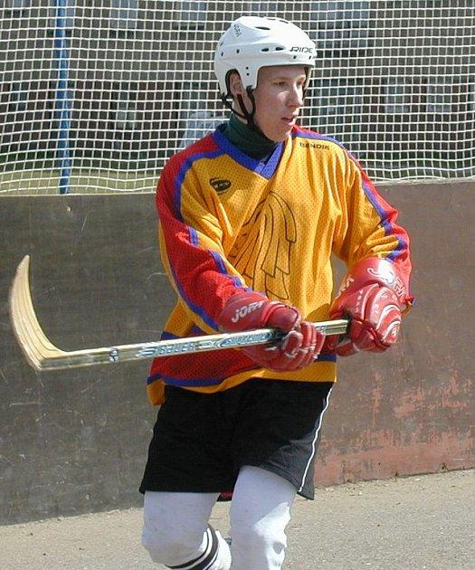 Miloslav Hořava ukončil sezonu v ruském Severstalu Čerepovec, a protože ho kouč Hadamczik opomenul při stavbě národního týmu, pomáhá hokejbalistům Jungle Fever. Pro Novém Strašecí ale neskóroval.