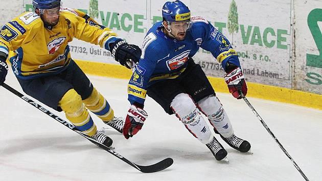 Kladno (v modrém) vyhrálo v Ústí 4:2. Vpravo Marek Hovorka, jenž hrál proti bývalému klubu