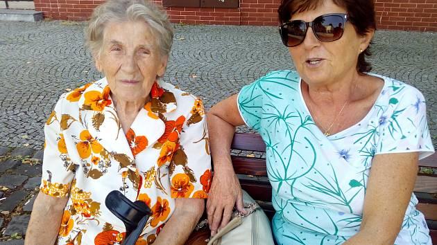 Kladenští senioři se nově svezou levným taxíkem. Oslovené seniorky si vznik služby pochvalují.