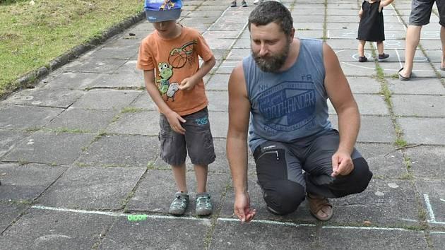 Děti si zkusily cvrnkání kuliček, čáru, hraní s céčky, přebíračku i skákání přes gumu.