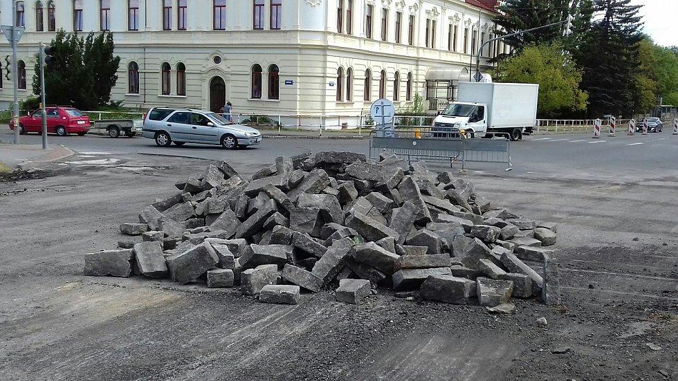 Oprava silnice u kladenských hřbitovů jde podle plánu.