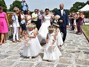 V Růžovém sadu v Lidicích se v pátek konala 300. svatba