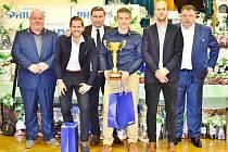 Součástí hostouňského plesu bylo i vyhlášení nejlepších hráčů. U A týmu to byl Tomáš Marek (s pohárem), vlevo od něj legendární Horst Siegl a také v pořadí druhý Jiří Kabele. Vpravo od Marka třetí Václav Laušman a šéf klubu Jiří Hondl.