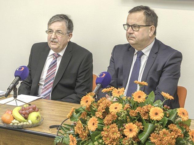 PŘEDSEDA BURZOVNÍ KOMORY ČMKBK Pavel Štorkán (vlevo)  a ministr průmyslu a obchodu Jan Mládek.