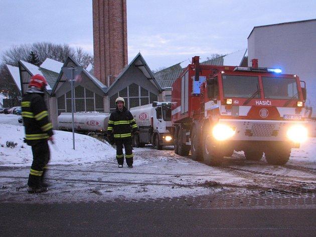 Cisterna měla problémy při zvládnutí mírného kopečku, pomáhat museli hasiči