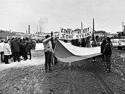 GENERÁLNÍ stávka před SONP Poldi Kladno, 27. listopadu 1989.