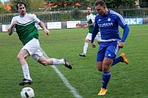 Slaný (v modrém) porazilo doma Lhotu 1:0. Hejduk kryje Stožického.