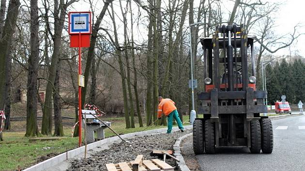 Jarní opravy chodníků jsou v plném proudu.