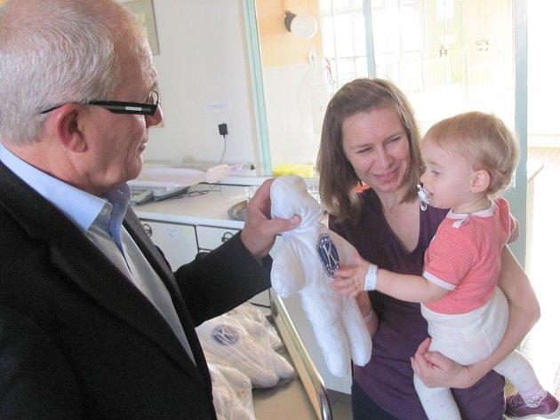 KIWANIS PANENKY okamžitě vzbudily zájem malých pacientů. Vlevo je prezident Klubu Kiwanis Kladno Miloš Šulc.