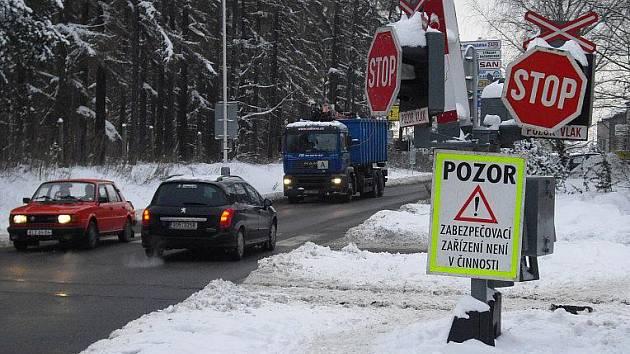 Železniční přejezd u zimního stadionu v Kladně je jedním z nejfrekventovanějších ve městě. Proto nefunkční signalizační zařízení v minulém týdnu řidičům nadělalo spoustu komplikací.
