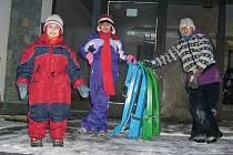 Kluci i děvčata z Dětského domova v Ledcích–Šternberku si letos užili týden sněhových radovánek v Janově nad Nisou.