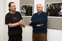 Galerista Jiří Hanke uvádí výstavu fotografií Josefa Husáka (vpravo) v Malé galerii České spořitelny v Kladně.