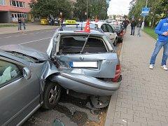 ŘIDIČKA NABOURALA do stojícího vozu taxi.