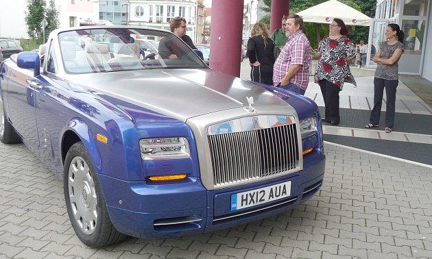Luxusní Rolls Royce zastavil na chvíli také před budovou pojišťovny.