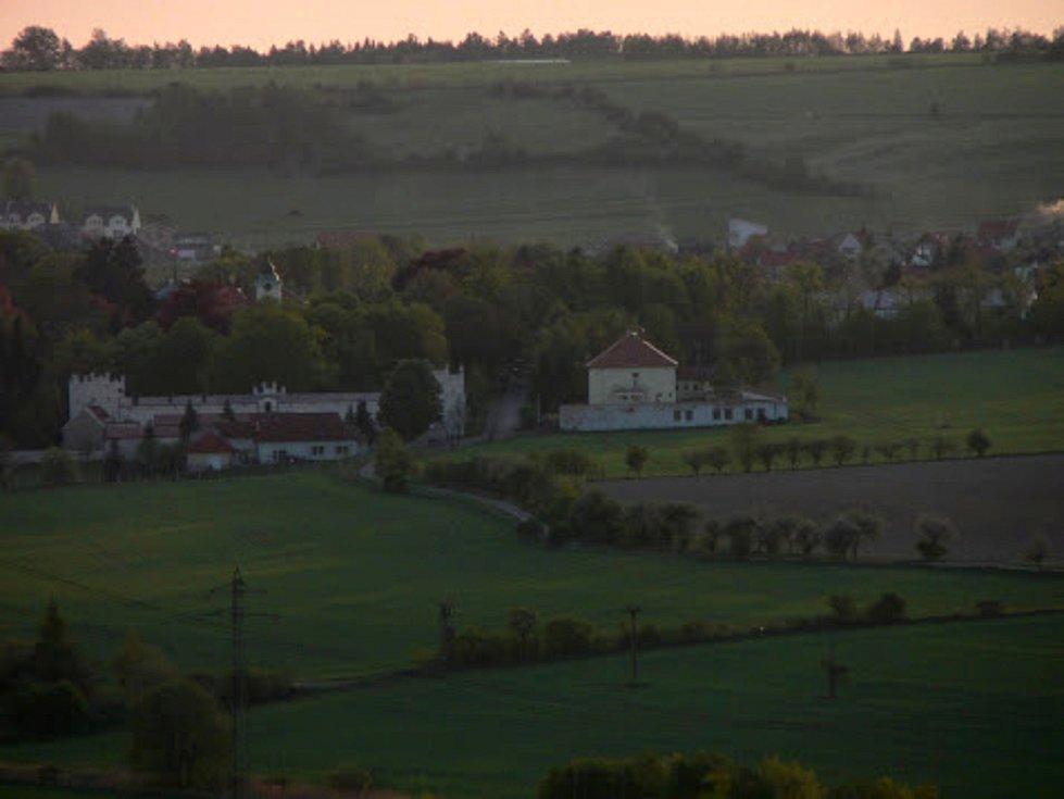 Halda neboli odval po dole Tuchlovice (dříve Nosek) před rekultivací. Je z ní vidět i lánský zámek.