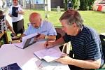 Zájemcům knihu autoři na místě s ochotou podepisovali.