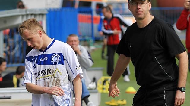 Zklamaný Stanislav Skořepa, střelec jediné kladenské branky, krátce po vystřídání // SK Kladno - FK Roudnice nad Labem 1:2, utkání 23.k. CFL. ligy 2011/12, hráno 14.4.2012