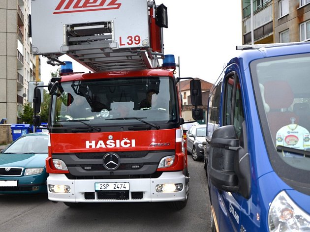 V NĚKTERÝCH MÍSTECH jel řidič automobilového žebříku hasičů, Jaromír Čermák, doslova ´na zrcátka´.
