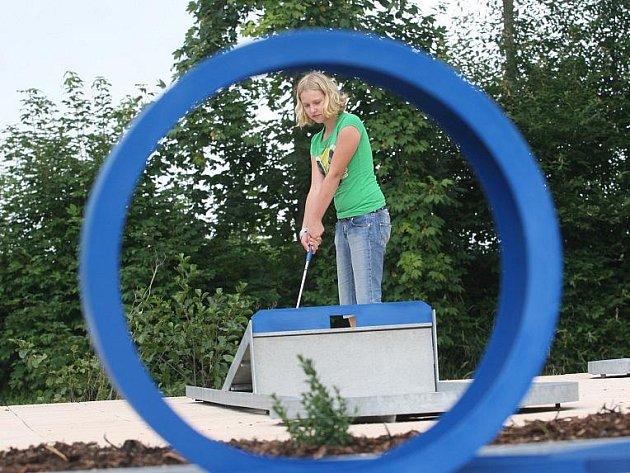 Slaňáci se po letech dočkají minigolfu již letos, a to v areálu aquaparku a sousedního SK Slaný. Nebudou to sice dráhy závodní, ale radost udělají malým i velkým.