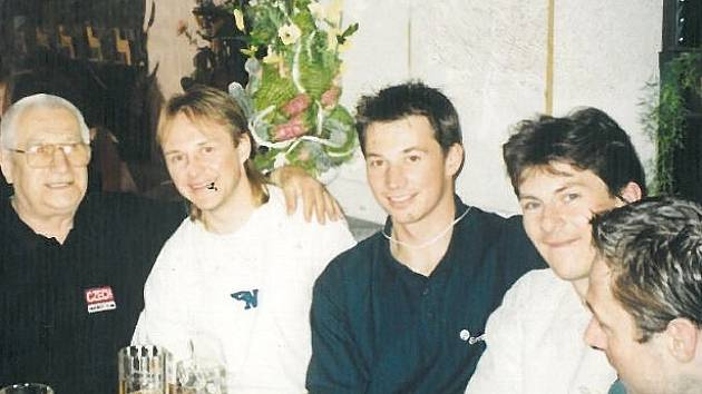 Oslava na MS 2001 v Petrohradu - vlevo Kladeňák Josef Linder, vedle Pavel Patera, František Kaberle a Martin Procházka. Zcela vpravo Petr Buzek.